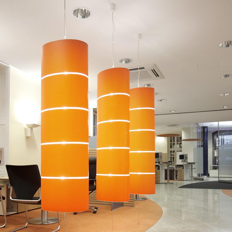 Hängende Beleuchtungselemente in orange