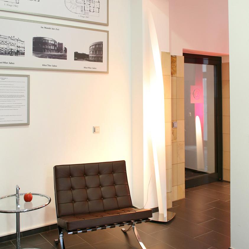 Lichtsäule und Barcelona Chair