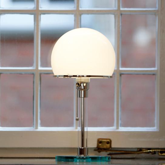 Kleine Stehlampe am Fenster