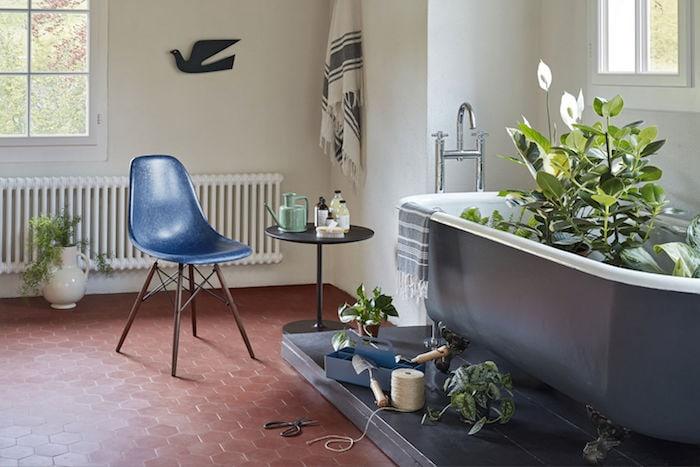 Eames Fiberglass Chair im Badezimmer